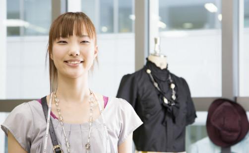 アパレルショップに足を運ぶと、そのブランドの洋服をおしゃれに着こなしたショップ店員が接客してくれますよね。